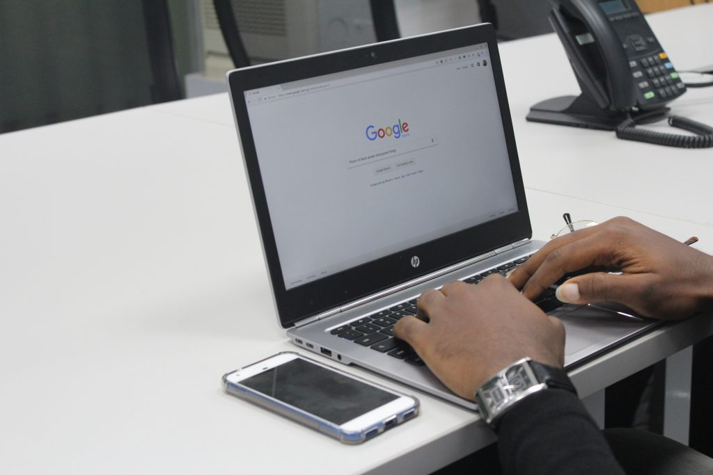 person typing on HP laptop